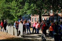 Πλήθος των τουριστών που βλέπουν με έναν ξεναγό σε ένα παλαιό νεκροταφείο απωλειών πολέμου στη Βοστώνη, μΑ Στοκ Φωτογραφίες