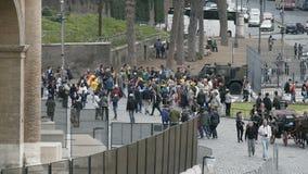 Πλήθος των τουριστών που εξετάζουν το αμφιθέατρο Coliseum στη Ρώμη, γύρος επίσκεψης απόθεμα βίντεο
