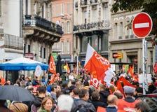 Πλήρεις οδοί με τα protestors πολιτικός Μάρτιος κατά τη διάρκεια ενός Γάλλου εθνικού Στοκ Εικόνα