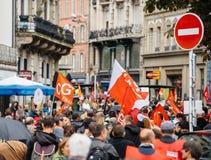 Πλήρεις οδοί με τα protestors πολιτικός Μάρτιος κατά τη διάρκεια ενός Γάλλου εθνικού Στοκ Εικόνες