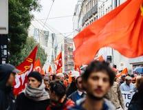 Πλήρεις οδοί με τα protestors πολιτικός Μάρτιος κατά τη διάρκεια ενός Γάλλου εθνικού Στοκ Φωτογραφία