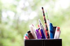 πλήρεις πέννες μολυβιών κατόχων Στοκ Εικόνες