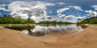 Πλήρες άνευ ραφής σφαιρικό πανόραμα 360 βαθμοί άποψης γωνίας στην ακτή του ευρύ ποταμού neman με τα όμορφα σύννεφα σε equirectang στοκ εικόνες με δικαίωμα ελεύθερης χρήσης