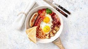 Πλήρες αγγλικό πρόγευμα που εξυπηρετείται σε ένα τηγάνι φιλμ μικρού μήκους