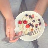 Πλήρες κορίτσι που κρατά ένα πιάτο του τυριού εξοχικών σπιτιών Στοκ εικόνες με δικαίωμα ελεύθερης χρήσης