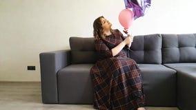 Πλήρες κορίτσι στα μπαλόνια καναπέδων απόθεμα βίντεο
