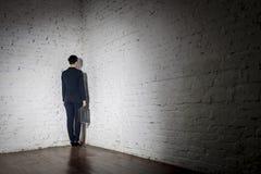 Πλήρες μήκος οπισθοσκόπο της επιχειρηματία που στέκεται στη γωνία στο γραφείο στοκ φωτογραφία με δικαίωμα ελεύθερης χρήσης