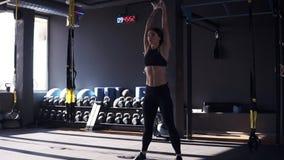Πλήρες μήκος του κοριτσιού ικανότητας sportswear που κάνει crossfit workout με το κουδούνι κατσαρολών 10 κιλού Ανύψωση υψηλή κάτω απόθεμα βίντεο