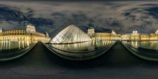 πλήρες πανόραμα 360 βαθμού του μουσείου του Λούβρου τη νύχτα, Παρίσι στοκ εικόνες