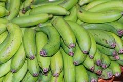 Πλήρες πλαίσιο που βλασταίνεται των ώριμων, πράσινων κίτρινων μπανανών στοκ εικόνα