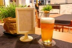 Πλήρες ποτήρι της ανοικτό πορτοκαλί juicy νόστιμης μπύρας Στοκ φωτογραφία με δικαίωμα ελεύθερης χρήσης