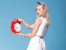 Πλήρες ρολόι γυναικών πορτρέτου μήκους κόκκινο αρκετά νέο Στοκ εικόνα με δικαίωμα ελεύθερης χρήσης