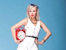 Πλήρες ρολόι γυναικών πορτρέτου μήκους κόκκινο αρκετά νέο Στοκ Φωτογραφία