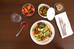 Πλήρες υγιές μεσημεριανό γεύμα που εξυπηρετείται στον πίνακα στοκ φωτογραφία