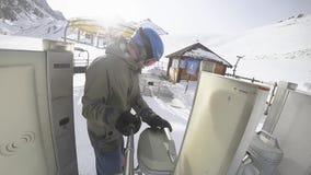Πλήρης πηγαίνοντας ανελκυστήρας μήκους σε πόδηα HD snowboarder, καρέκλα, χιονοδρομικό κέντρο απόθεμα βίντεο