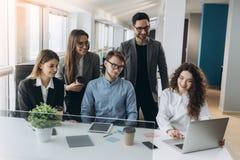 Πλήρης συγκέντρωση στην εργασία Εταιρικοί εργαζόμενοι συνάδελφοι ομάδων που εργάζονται στο σύγχρονο γραφείο στοκ εικόνα με δικαίωμα ελεύθερης χρήσης