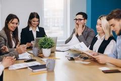 Πλήρης συγκέντρωση στην εργασία Εταιρικοί εργαζόμενοι συνάδελφοι ομάδων που εργάζονται στο σύγχρονο γραφείο στοκ εικόνα