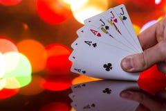 Πλήρης συνδυασμός καρτών πόκερ σπιτιών στο θολωμένο παιχνίδι καρτών τύχης τύχης χαρτοπαικτικών λεσχών υποβάθρου στοκ εικόνες