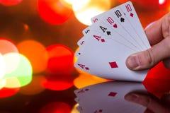 Πλήρης συνδυασμός καρτών πόκερ σπιτιών στο θολωμένο παιχνίδι καρτών τύχης τύχης χαρτοπαικτικών λεσχών υποβάθρου στοκ φωτογραφίες