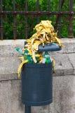 πλήρη απορρίμματα δοχείων μ Στοκ Φωτογραφία