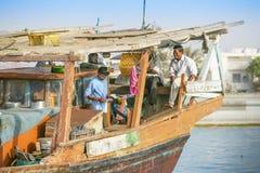 Πλήρωμα βαρκών στο λιμάνι του Αμπού Ντάμπι Dhow Στοκ φωτογραφίες με δικαίωμα ελεύθερης χρήσης
