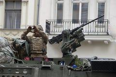 Πλήρως οπλισμένο στρατιωτικό όχημα και ένας συμπαθητικός, αυθόρμητος Αμερικανός έτσι στοκ εικόνες με δικαίωμα ελεύθερης χρήσης
