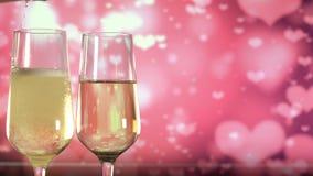Πλήρωση των γυαλιών με το λαμπιρίζοντας κρασί πέρα από το αφηρημένο ρόδινο υπόβαθρο απόθεμα βίντεο