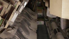 Πλήρωση των τσαντών με το τσιμέντο στο εργοστάσιο φιλμ μικρού μήκους