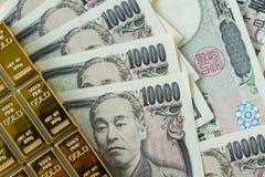 Πλίνθωμα χρυσής ράβδου και σωρός των ιαπωνικών τραπεζογραμματίων γεν ως financi Στοκ εικόνες με δικαίωμα ελεύθερης χρήσης