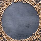 Πλαίσιο ακατέργαστα chickpeas στο σκοτεινό υπόβαθρο Στοκ φωτογραφία με δικαίωμα ελεύθερης χρήσης