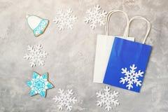 Πλαίσιο από τις διακοσμήσεις Χριστουγέννων και τις τσάντες αγορών στο γκρίζο υπόβαθρο Έννοια πώλησης Χριστουγέννων και χειμώνα Στοκ Εικόνες