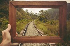 Πλαίσιο για τη μνήμη για το ταξίδι Όμορφο τροπικό τοπίο με τα φορτηγά σιδηροδρόμων στο μεθύστακα των πράσινων κατώτερων λόφων στοκ εικόνα με δικαίωμα ελεύθερης χρήσης