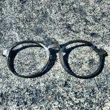 Πλαίσιο γυαλιών στο τσιμέντο Στοκ Φωτογραφίες