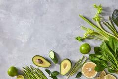 Πλαίσιο γωνιών των διαφορετικών πράσινων λαχανικών σε ένα γκρίζο συγκεκριμένο υπόβαθρο με το διάστημα αντιγράφων Επίπεδος βάλτε στοκ εικόνες με δικαίωμα ελεύθερης χρήσης