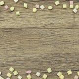 Πλαίσιο διακοπών Γλυκιά marshmallow καραμελών ζωηρόχρωμη διακόσμηση συνόρων στο ξύλινο υπόβαθρο διάστημα αντιγράφων Τοπ όψη Στοκ εικόνα με δικαίωμα ελεύθερης χρήσης