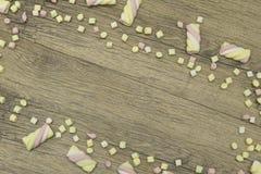 Πλαίσιο διακοπών Γλυκιά marshmallow καραμελών ζωηρόχρωμη διακόσμηση συνόρων στο ξύλινο υπόβαθρο διάστημα αντιγράφων Τοπ όψη Στοκ εικόνες με δικαίωμα ελεύθερης χρήσης