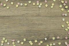 Πλαίσιο διακοπών Γλυκιά marshmallow καραμελών ζωηρόχρωμη διακόσμηση συνόρων στο ξύλινο υπόβαθρο διάστημα αντιγράφων Τοπ όψη Στοκ φωτογραφία με δικαίωμα ελεύθερης χρήσης