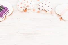 Πλαίσιο καρδιών μπισκότων και lavender λουλουδιών άσπρο αγροτικό σε ξύλινο Στοκ εικόνες με δικαίωμα ελεύθερης χρήσης