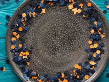 Πλαίσιο κομφετί κομμάτων αποκριών στο γκρίζο πιάτο Στοκ Φωτογραφίες