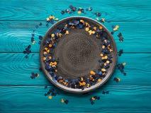 Πλαίσιο κομφετί κομμάτων αποκριών στο γκρίζο πιάτο Στοκ εικόνες με δικαίωμα ελεύθερης χρήσης