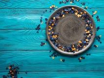 Πλαίσιο κομφετί κομμάτων αποκριών στο γκρίζο πιάτο Στοκ φωτογραφία με δικαίωμα ελεύθερης χρήσης