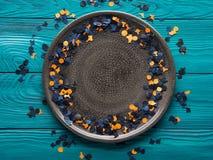 Πλαίσιο κομφετί κομμάτων αποκριών στο γκρίζο πιάτο Στοκ Φωτογραφία