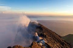 Πλαίσιο κρατήρων ηφαιστείων Merapi με τους ανθρώπους στην ανατολή Στοκ Φωτογραφία