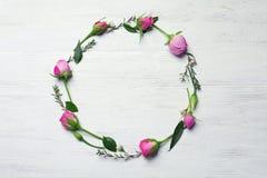 Πλαίσιο κύκλων φιαγμένο από λουλούδια Στοκ εικόνα με δικαίωμα ελεύθερης χρήσης