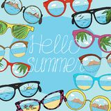 Πλαίσιο με τα διαφορετικά γυαλιά ηλίου με το διάστημα αντιγράφων στο μπλε υπόβαθρο Γυαλιά με την αντανάκλαση της παραλίας, βουνά, απεικόνιση αποθεμάτων