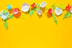 Πλαίσιο με τα διαφορετικά λουλούδια εγγράφου χρώματος ελεύθερη απεικόνιση δικαιώματος