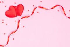 Πλαίσιο με τις κορδέλλες και τις καρδιές Στοκ εικόνα με δικαίωμα ελεύθερης χρήσης