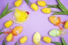 Πλαίσιο Πάσχας με τα διακοσμητικά αυγά και τουλίπα στο πορφυρό backgroun Στοκ φωτογραφίες με δικαίωμα ελεύθερης χρήσης