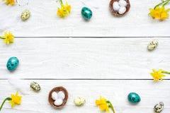 Πλαίσιο Πάσχας φιαγμένο από αυγά και λουλούδια άνοιξη στο άσπρο ξύλινο υπόβαθρο compisition Πάσχα Στοκ Φωτογραφίες