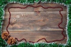 Πλαίσιο πουλιών διακοσμήσεων Χριστουγέννων με τους κώνους και διακοσμητικά ξύλινα σχήματα 2018 για το κενό ξύλινο υπόβαθρο Μπορέσ Στοκ φωτογραφίες με δικαίωμα ελεύθερης χρήσης